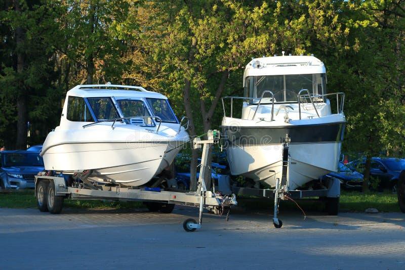 Dwa białej motorowej łodzi na przyczepach fotografia stock