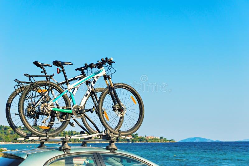Dwa bicykl na dachu samochód plażą zdjęcia stock