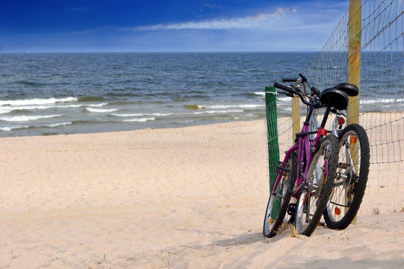 Dwa bicyklu na pustej plaży obrazy royalty free