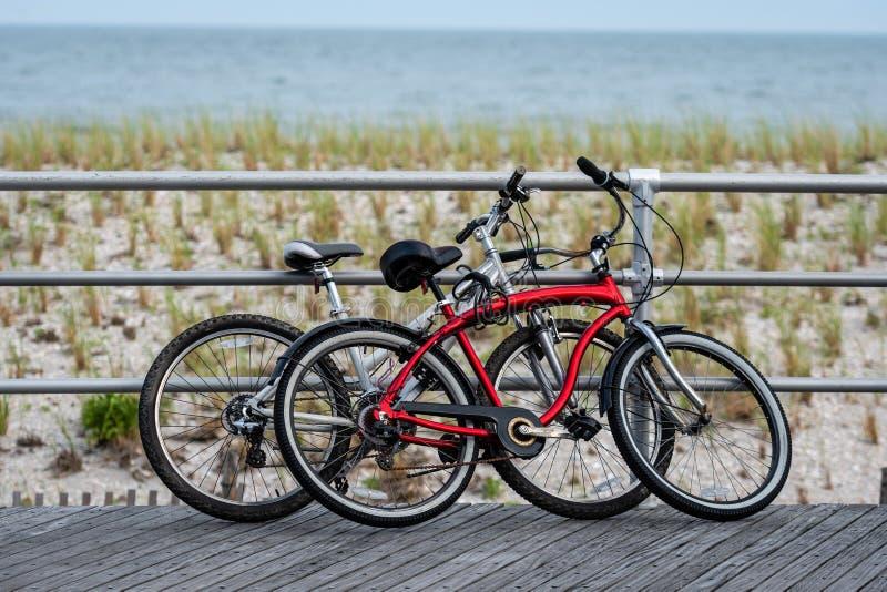 Dwa bicyklu parkującego na Atlantyckim miasto plaży boardwalk zdjęcie stock