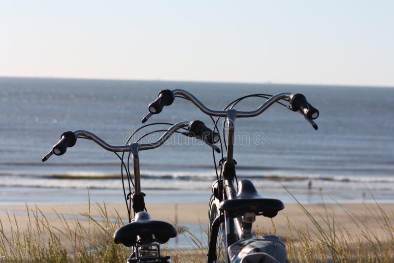 Dwa bicyklu w przodzie plaża obraz royalty free