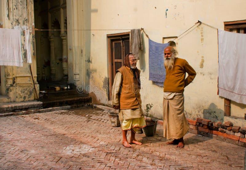 Dwa biedy azjatykci mężczyzna opowiada o ubóstwie zdjęcie stock