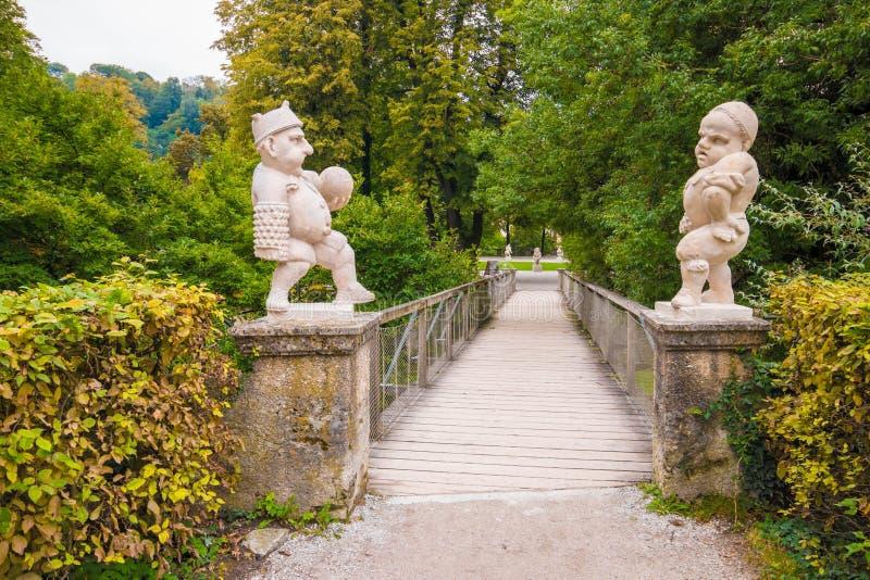 Dwa biel marmurowy przyćmiewa przy wejściem Karłowaty Ogrodowy Zwerglgarten bawić się Pallone grę Karłowaty ogród jest częścią zdjęcia royalty free
