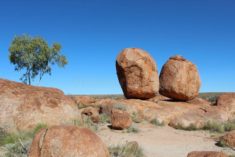Dwa biig zaokrąglający głazy diabły Wykładają marmurem w australijskim odludziu zdjęcia stock