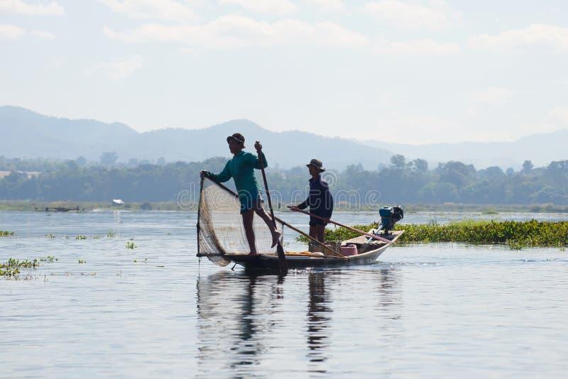 Dwa birmańczyków rybak w tradycyjnej drewnianej łodzi inle jezioro Myanmar zdjęcie royalty free