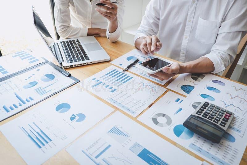 Dwa biznesów kolega spotyka brainstorm nowych projekt strategii biznesowej analizy i planu dane dokumentuje, finanse i obrazy stock