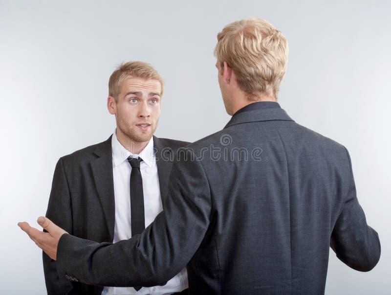 Dwa biznesmenów młody dyskutować fotografia royalty free