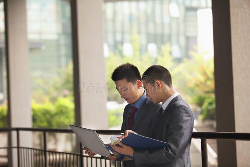 Dwa biznesmenów młody pracować plenerowy zdjęcie stock