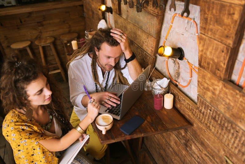 Dwa biznesmenów młody pracowity pracować całonocny fotografia stock