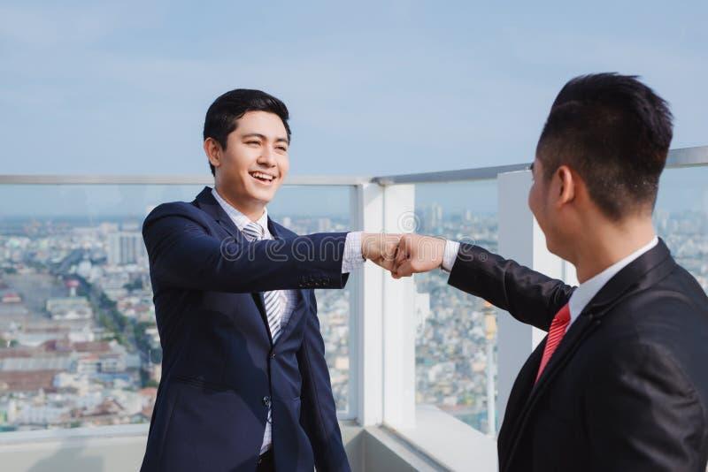 Dwa biznesmena, dwa biznesmena, dyskutuje projekt i ekonomicznego ciężar Pojęcie: drużyna, zdjęcia stock