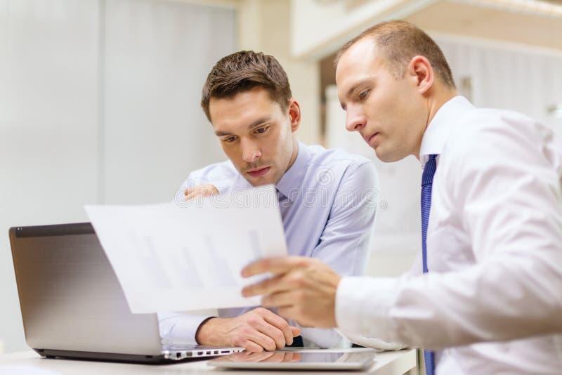 Dwa biznesmena ma dyskusję w biurze obrazy stock