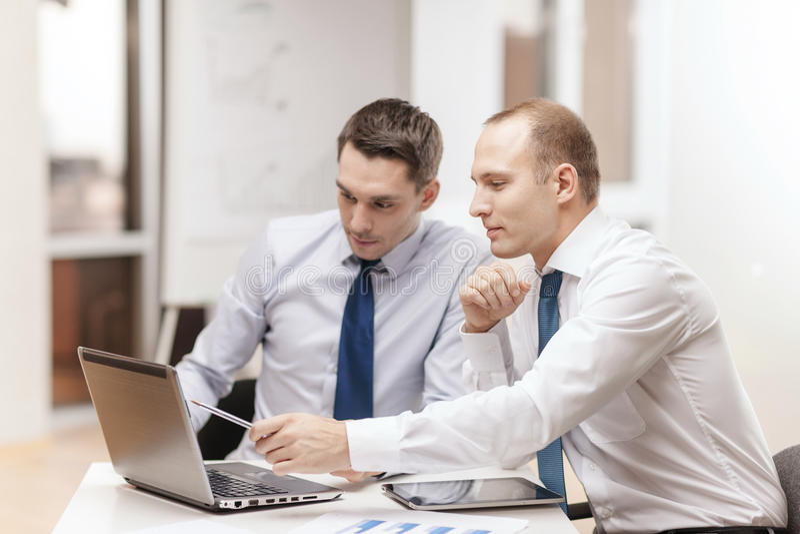 Dwa biznesmena ma dyskusję w biurze zdjęcie royalty free