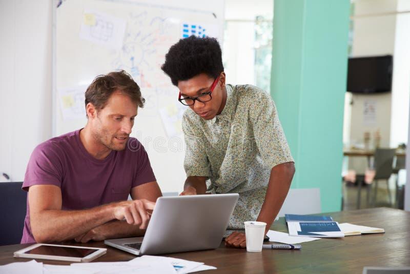 Dwa biznesmena Pracuje Na laptopie W biurze Wpólnie zdjęcia royalty free