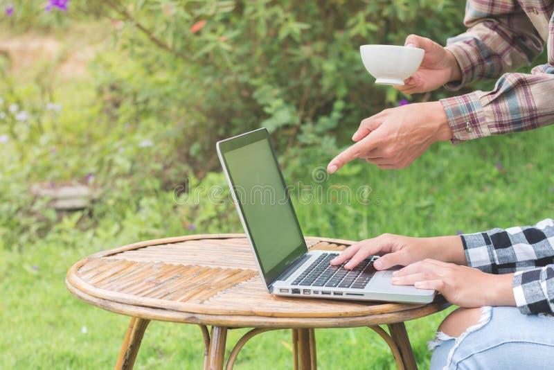 Dwa biznesmena przeglądają statystyki od wykresu w kawowym sho obraz stock