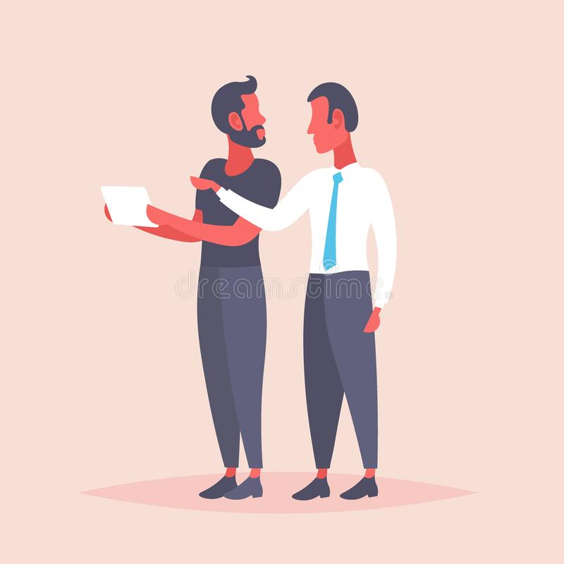 Dwa biznesmena spotyka dyskusję używa pastylka komputerowych biznesowych mężczyzn brainstorming online dane donoszą społeczności ilustracja wektor