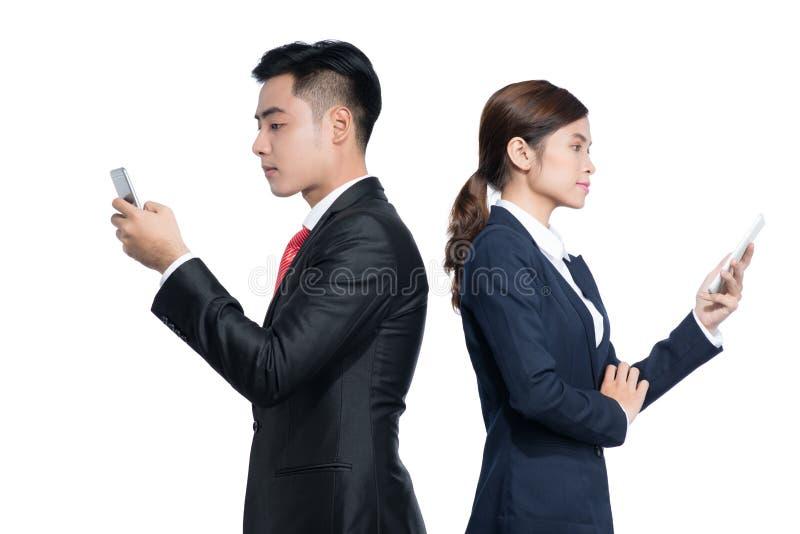 Dwa biznesmena stoi używać mądrze telefon komórkowego zdjęcie royalty free