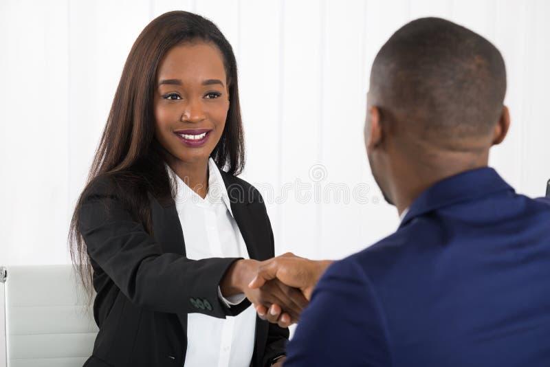 Dwa biznesmena Trząść ręki Przy biurem zdjęcia stock