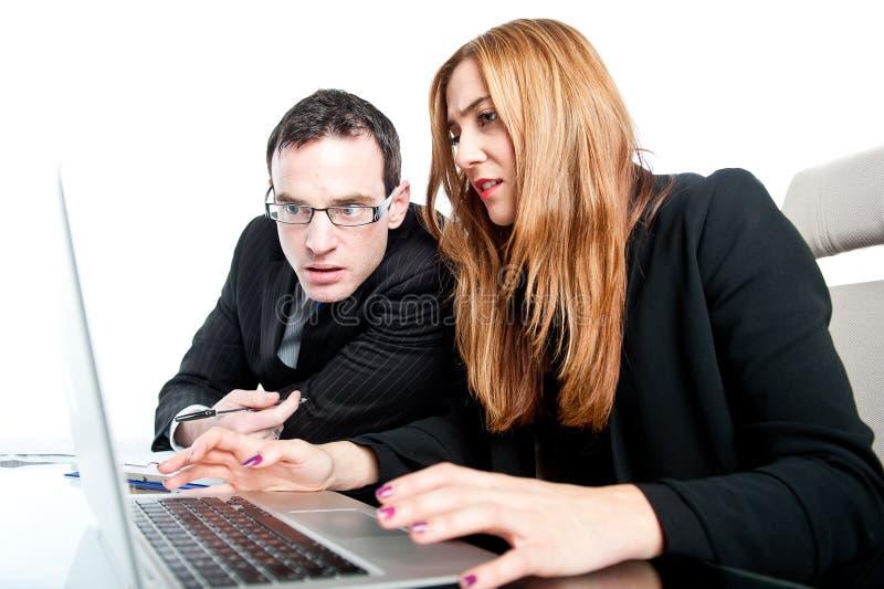 Dwa biznesowego kolegi pracuje wpólnie w biurze fotografia stock
