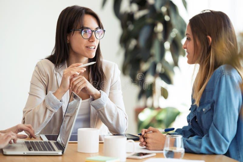 Dwa biznesowego kolegi pracuje wpólnie w nowożytnym workspace Brainstorming poj?cie zdjęcia royalty free