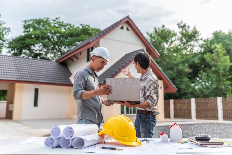 Dwa biznesowego mężczyzny inżyniera fachowy pracownik przy domowym budynkiem zdjęcie royalty free
