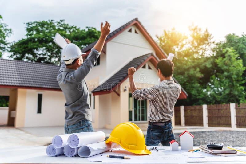 Dwa biznesowego mężczyzny inżyniera fachowy pracownik przy domowym budynkiem zdjęcia stock