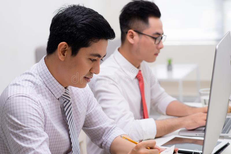 Dwa biznesowego m??czyzna pracuje przy komputerem osobistym w biurze obraz stock