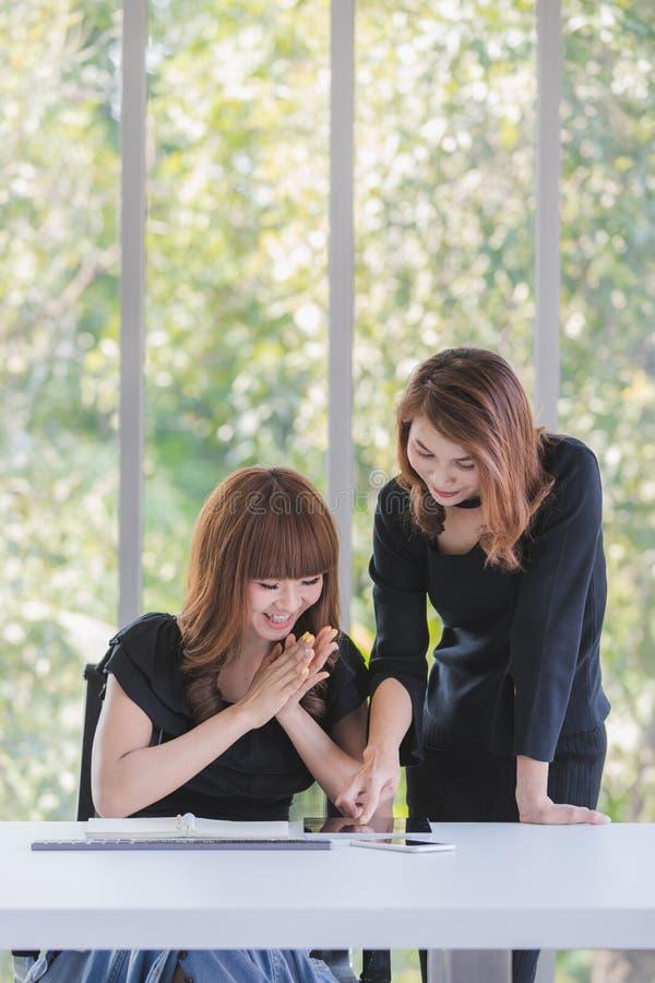 Dwa biznesowej damy w biurze zdjęcia royalty free