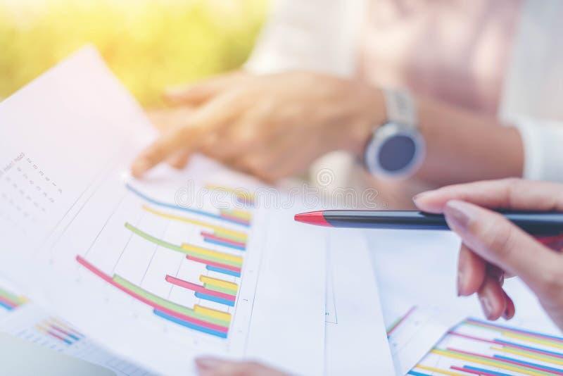 Dwa biznesowej kobiety przegl?dowej i analizuje dochod obrazy stock