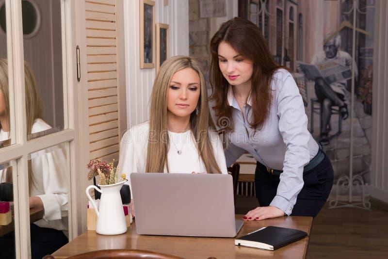 Dwa biznesowej kobiety przy pracować proces zdjęcia stock