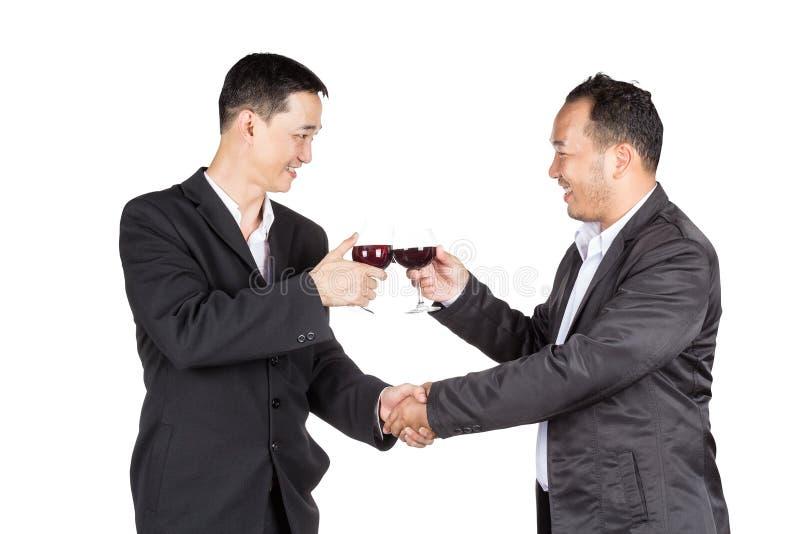 Dwa biznesowy mężczyzna Trzyma szkło wino i handshaking zdjęcia royalty free