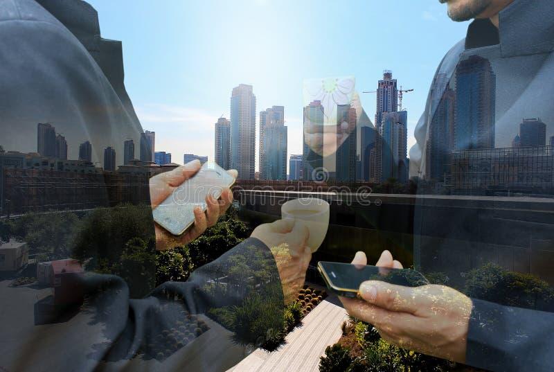 Dwa biznesowy mężczyzna z smartphone dyskusi spotkania pojęciem fotografia stock