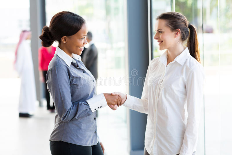 Dwa bizneswomanów handshaking obraz stock