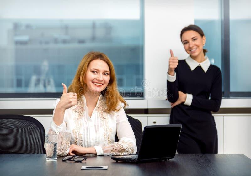 Dwa bizneswomanów praca w biurze zdjęcie royalty free