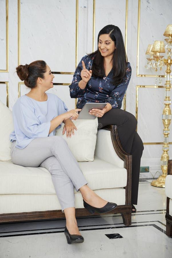 Dwa bizneswomanu dyskutuje nowego projekt fotografia royalty free