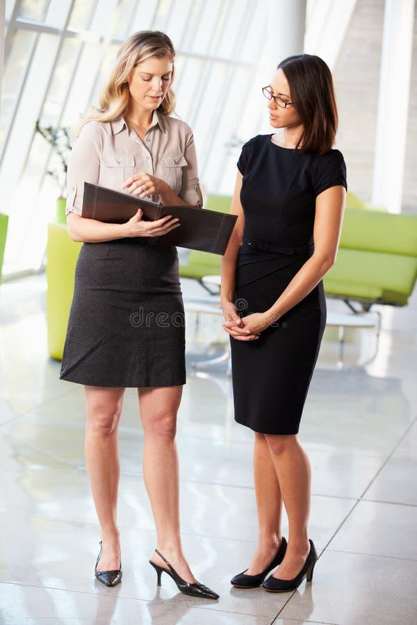 Dwa bizneswomanu Ma Nieformalnego spotkania W Nowożytnym biurze fotografia stock