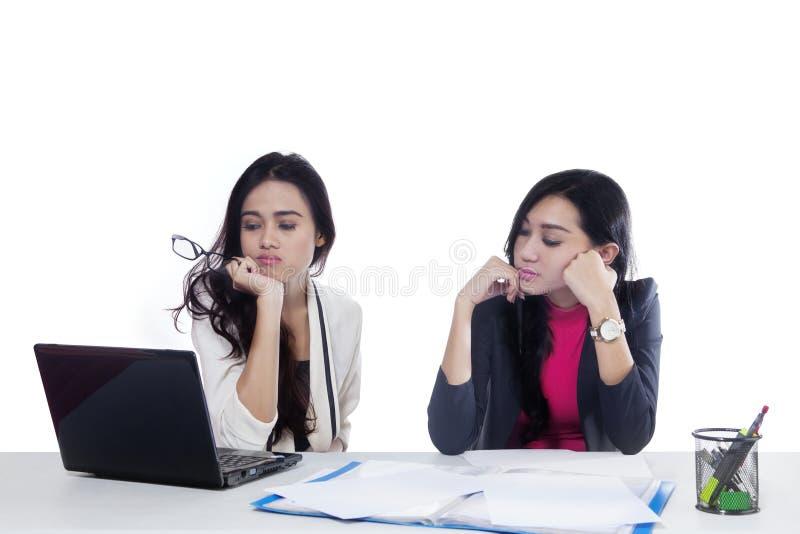 Dwa bizneswomanu spojrzenia zanudzającego na studiu zdjęcia stock