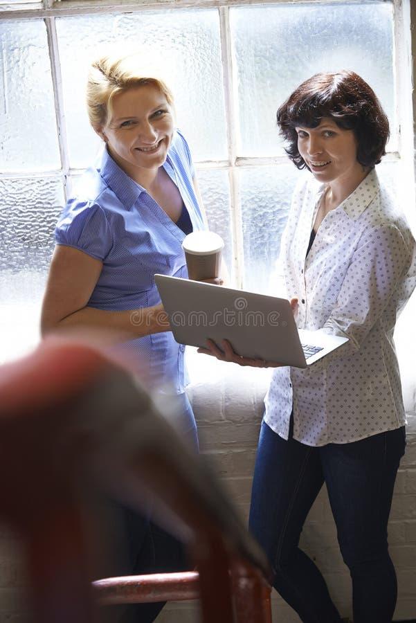 Dwa bizneswomanu Z laptopem Ma Nieformalnego spotkania W biurze obrazy royalty free