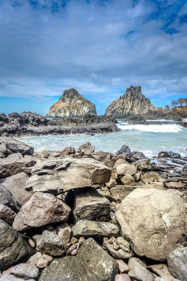 Dwa brat skały, krajobraz ogromna skała blisko plaży w Fernando De Noronha obrazy royalty free
