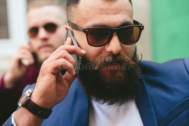 Download Dwa Brodaty Biznesmen Patrzeje Telefon Obraz Stock - Obraz złożonej z human, majestatyczny: 57663115