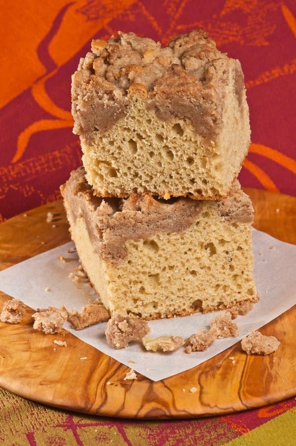 Dwa, brogujący kwadraty kruszka kawowy tort na rere drewna talerzu obraz royalty free