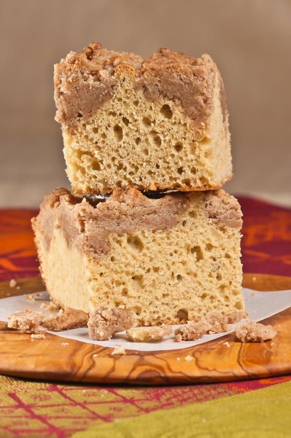 Dwa, brogujący kwadraty kruszka kawowy tort na rzadkim drewno talerzu fotografia royalty free