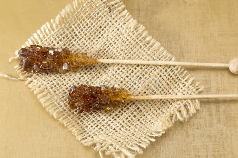 Dwa brown cukieru kija na nieociosanym tablecloth zdjęcia stock
