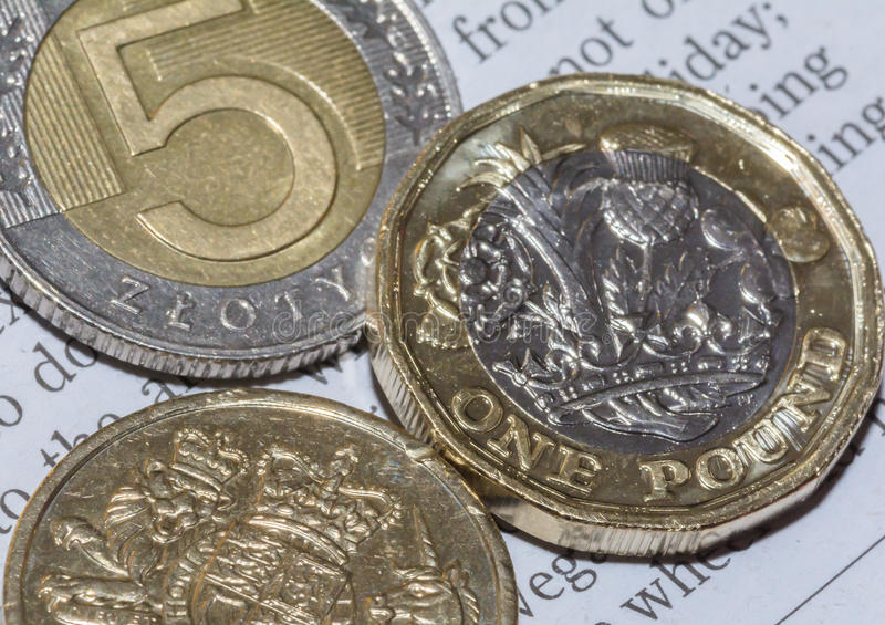 Dwa Brytyjski Jeden i Pięć C Polskiego złoty Funtowej moneta zdjęcia stock