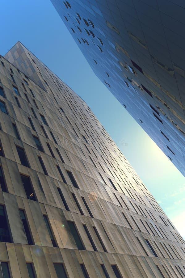 Dwa budynku biurowego kontrastuje dwa różnego stylu zdjęcia royalty free