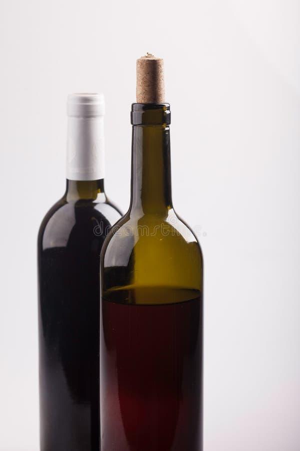 Dwa butelki wino na białym tła zbliżeniu fotografia stock