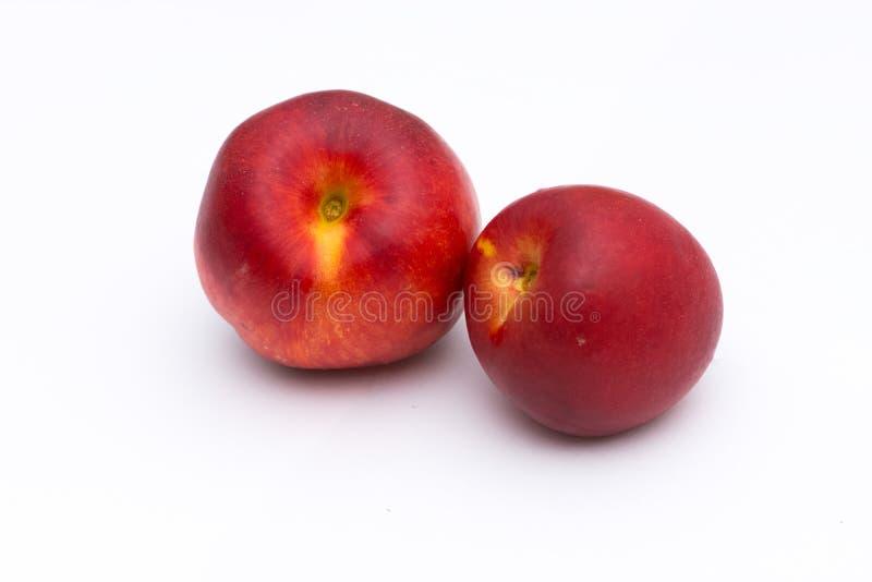 Dwa całej brzoskwini na białym tle fotografia royalty free