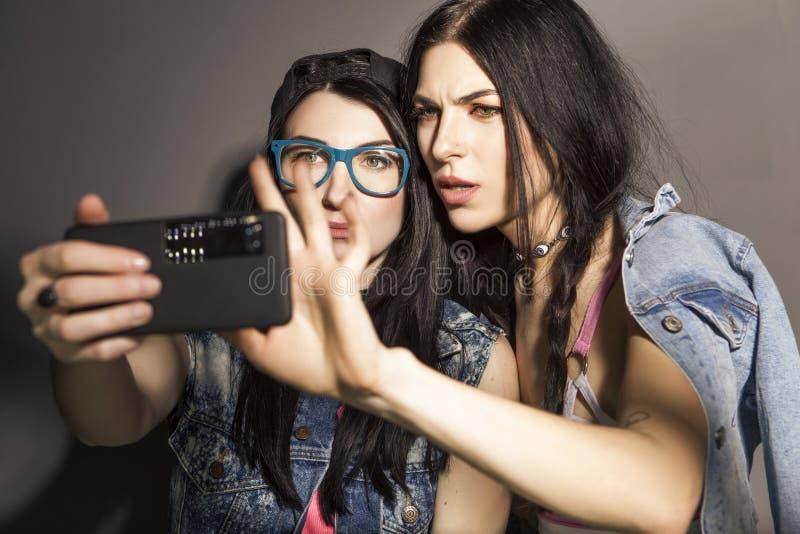 Dwa caucasian brunetki modnisia kobieta w przypadkowych eleganckich strojów brzęczeniach zdjęcia royalty free