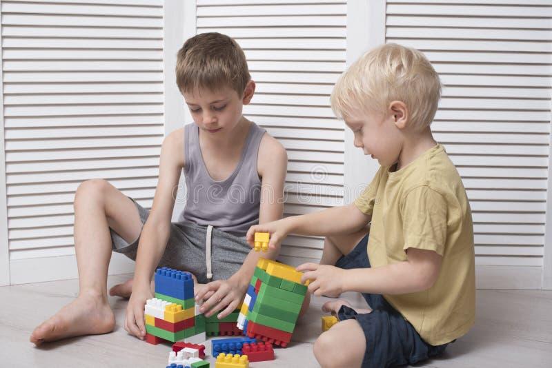Dwa chłopiec bawić się projektanta Komunikacja i przyjaźń fotografia royalty free