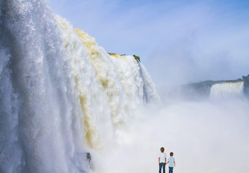 Dwa chłopiec oglądają Iguazu spadki fotografia stock
