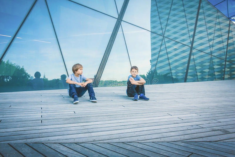 Dwa chłopiec przyjaciela opowiada z each inny zdjęcie royalty free